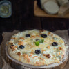 Masa de pizza y pizza cuatro quesos